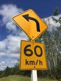 Προτεινόμενος εξήντα χιλιόμετρο ανά σημάδι ώρας γύρω από την κάμψη Στοκ Εικόνες