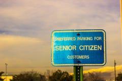 Προτιμημένο άτομο τρίτης ηλικίας σημάδι χώρων στάθμευσης στοκ φωτογραφίες με δικαίωμα ελεύθερης χρήσης