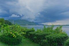 Προτού να εμπέσει η βροχή στην ήρεμη ατμόσφαιρα στοκ φωτογραφίες με δικαίωμα ελεύθερης χρήσης