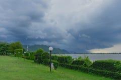 Προτού να εμπέσει η βροχή στην ήρεμη ατμόσφαιρα στοκ εικόνες