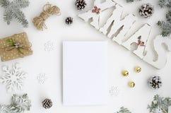 Προτύπων Χριστουγέννων ξύλινες επιστολές άποψης και Χριστουγέννων ευχετήριων καρτών οι τοπ, επίπεδες βάζουν σε ένα άσπρο υπόβαθρο στοκ φωτογραφία με δικαίωμα ελεύθερης χρήσης