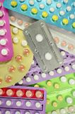 Προφορικό αντισυλληπτικό χάπι με το ζωηρόχρωμο υπόβαθρο λουρίδων χαπιών Στοκ Εικόνες