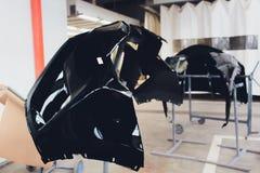 Προφυλακτήρας αυτοκινήτων έτοιμος να χρωματίσει στο κατάστημα σωμάτων στοκ φωτογραφίες