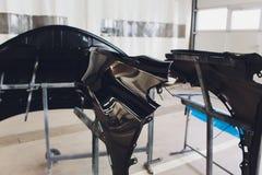 Προφυλακτήρας αυτοκινήτων έτοιμος να χρωματίσει στο κατάστημα σωμάτων στοκ εικόνες