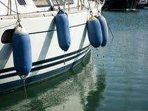 Προφυλακτήρες στις βάρκες που δένονται στο λιμένα Στοκ Εικόνες