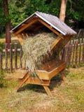 Προφυλαγμένος ξύλινος τροφοδότης που γεμίζουν πλήρως με το σανό στοκ φωτογραφία με δικαίωμα ελεύθερης χρήσης