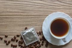 Προφυλακτικό και ένα φλιτζάνι του καφέ Στοκ φωτογραφία με δικαίωμα ελεύθερης χρήσης