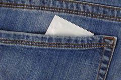 Προφυλακτικό στην τσέπη των μπλε τζιν Στοκ Φωτογραφίες