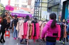 Προωθήσεις έκπτωσης ιματισμού, οι γυναίκες στο πανικό αγοραστή, στην Κίνα Στοκ φωτογραφία με δικαίωμα ελεύθερης χρήσης