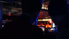 Προωθητικό βίντεο μαγνητοσκόπησης καμεραμάν και παραγωγών της μεθυσμένης λέσχης ατόμων τη νύχτα απόθεμα βίντεο