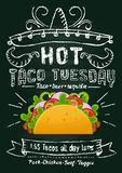 Προωθητικό σχέδιο πινάκων κιμωλίας Τρίτης Taco Μεξικάνικο ιπτάμενο ή έμβλημα τροφίμων με το taco κινούμενων σχεδίων και την επίδρ απεικόνιση αποθεμάτων