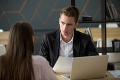 Προϊστάμενος ή εργοδότης δυσαρεστημένος με την κακή αποτυχημένη συνέντευξη εργασίας συμπυκνωμένη Στοκ εικόνα με δικαίωμα ελεύθερης χρήσης