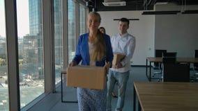 Προϊστάμενος θηλυκών και ομάδα εύθυμων εργαζομένων γραφείων που περπατούν προς τη κάμερα απόθεμα βίντεο