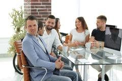Προϊστάμενος και επιχειρησιακή ομάδα στη συνάντηση στην αρχή Στοκ φωτογραφίες με δικαίωμα ελεύθερης χρήσης