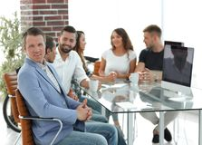 Προϊστάμενος και επιχειρησιακή ομάδα στη συνάντηση στην αρχή Στοκ Φωτογραφία