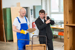 Προϊστάμενος και εργαζόμενος στο εργαστήριο του ξυλουργού Στοκ εικόνες με δικαίωμα ελεύθερης χρήσης