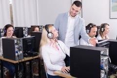 Προϊστάμενος και η ομάδα τηλεφωνικών κέντρων του στο γραφείο Στοκ εικόνα με δικαίωμα ελεύθερης χρήσης