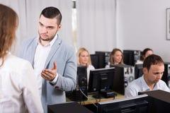 Προϊστάμενος και υπάλληλος στην περιοχή εργασίας ανοιχτού χώρου Στοκ Εικόνες