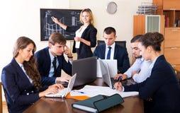 Προϊστάμενος με την κατώτερη συζήτηση ανώτερων υπαλλήλων Στοκ Εικόνες