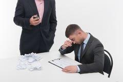 Προϊστάμενος 0 με τη νέα συνεδρίαση υπαλλήλων στο γραφείο Στοκ φωτογραφίες με δικαίωμα ελεύθερης χρήσης