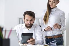 Προϊστάμενος με τον υπολογιστή και ένας γραμματέας Στοκ Εικόνες
