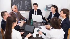 Προϊστάμενος με τους ανώτερους υπαλλήλους που προετοιμάζουν τη σύμβαση Στοκ Φωτογραφία