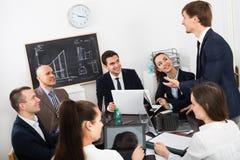 Προϊστάμενος με τους ανώτερους υπαλλήλους που προετοιμάζουν τη σύμβαση Στοκ Εικόνες