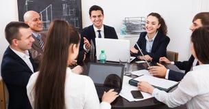 Προϊστάμενος με τους ανώτερους υπαλλήλους που προετοιμάζουν τη σύμβαση Στοκ Φωτογραφίες