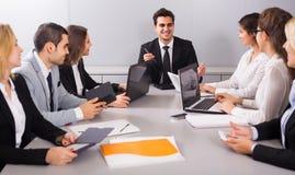 Προϊστάμενος με τους ανώτερους υπαλλήλους που συζητούν προετοιμάζοντας τη σύμβαση Στοκ φωτογραφία με δικαίωμα ελεύθερης χρήσης