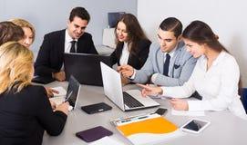 Προϊστάμενος με τους επαγγελματικούς ανώτερους υπαλλήλους που συζητούν προετοιμάζοντας τη σύμβαση Στοκ εικόνα με δικαίωμα ελεύθερης χρήσης