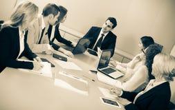 Προϊστάμενος με τους επαγγελματικούς ανώτερους υπαλλήλους που συζητούν προετοιμάζοντας τη σύμβαση Στοκ Φωτογραφία
