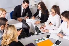 Προϊστάμενος με τους επαγγελματικούς ανώτερους υπαλλήλους που συζητούν προετοιμάζοντας τη σύμβαση Στοκ Εικόνες