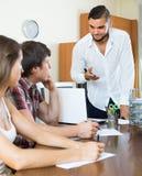 Προϊστάμενος με τους υπαλλήλους στο γραφείο Στοκ φωτογραφίες με δικαίωμα ελεύθερης χρήσης