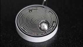 Προϊστάμενος με το lap-top που κάνει τη τελική απόφαση με τον κρότο να εισαγάγει το κουμπί! Συλλογή επιχειρησιακής φωτογραφίας απόθεμα βίντεο
