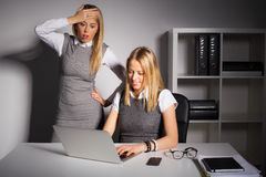 Προϊστάμενος στη φρίκη που εξετάζει την εργασία υπαλλήλων στοκ εικόνα