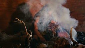 Προϊστορικός caveman διαβάζει το βιβλίο απόθεμα βίντεο