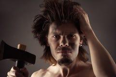 Προϊστορικό άτομο με ένα τσεκούρι διαθέσιμο Στοκ Εικόνες