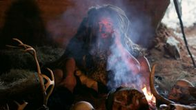 Προϊστορικό caveman smartphone χρησιμοποίησης απόθεμα βίντεο