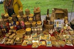 Προϊόντα από το φλοιό σημύδων στις πωλήσεις αντίθετες για την πώληση ως αναμνηστικά στοκ εικόνες