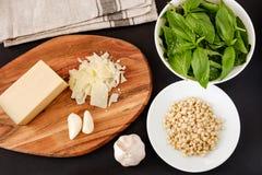 Προϊόντα για τη σάλτσα Pesto Στοκ Φωτογραφίες