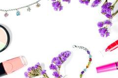 Προϊόντα και κόσμημα ομορφιάς σε ένα άσπρο υπόβαθρο Στοκ Εικόνα