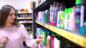 Προϊόντα μιας τα shopaholic προσοχής ερευνητικών σωμάτων και απολαμβάνουν για να περπατήσουν μεταξύ των ραφιών καταστημάτων Η χαρ απόθεμα βίντεο