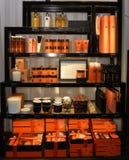 Προϊόντα ομορφιάς για την, τις πορτοκαλιές καλλυντικές επεξεργασίες και τα αρωματικά κεριά, ράφια μαγαζιό Στοκ εικόνα με δικαίωμα ελεύθερης χρήσης