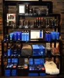 Προϊόντα ομορφιάς για τον, το μπλε καλλυντικό και τις επεξεργασίες λοσιόν Στοκ φωτογραφία με δικαίωμα ελεύθερης χρήσης