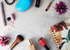 Προϊόντα ομορφιάς, καθημερινό δονούμενο υπόβαθρο makeup, τοπ άποψη Στοκ φωτογραφία με δικαίωμα ελεύθερης χρήσης