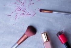 Προϊόντα ομορφιάς, καθημερινό δονούμενο υπόβαθρο makeup, τοπ άποψη Στοκ Φωτογραφία