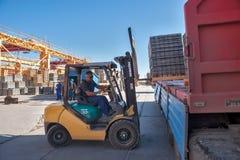 Προϊόντα πεζοδρομίων φόρτωσης στις μεταφορές Στοκ φωτογραφίες με δικαίωμα ελεύθερης χρήσης