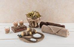 Προϊόντα πρώτης ανάγκης SPA και λουτρών με τα καμμένος κεριά Στοκ Φωτογραφίες