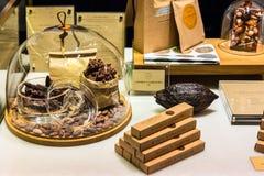 Προϊόντα σοκολάτας στην επίδειξη σε μια γαλλική υπεραγορά Παρίσι, FR Στοκ Φωτογραφίες