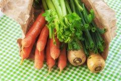 Προϊόντα στην τσάντα εγγράφου, από την αγορά του αγρότη Στοκ Φωτογραφία